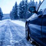 voiture qui roule sur route enneigée