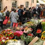 foule sur le marché de Montbrison avec stand de fleurs en premier plan